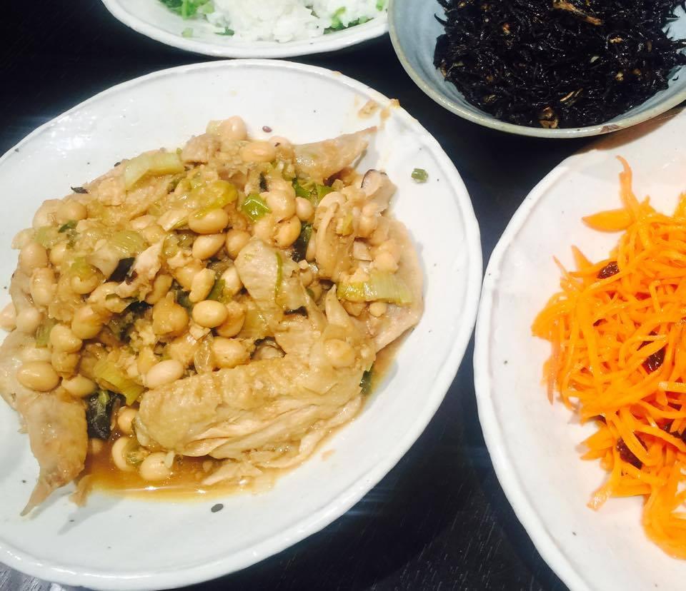 美肌効果も栄養バランスもばっちり!鳥手羽と大豆の煮物〜おうちカフェ〜
